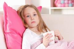 Sjukt barn i sängen Fotografering för Bildbyråer