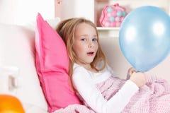 Sjukt barn med en ballong arkivfoto