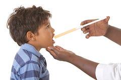 Sjukt barn som tar sirap mot influensa royaltyfri fotografi
