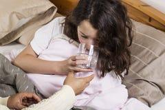 Sjukt flickadricksvatten Royaltyfri Bild