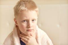 Sjukt och ledset barn Arkivbild