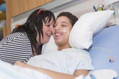 Sjukt tålmodigt ligga på säng i sjukhuset för medicinsk bakgrund royaltyfri bild