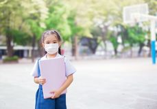 Sjukvård - flicka som bär en skyddande maskering Royaltyfria Foton