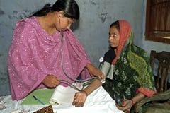 Sjukvård i Bangladesh, blodtryckbildskärm Royaltyfria Bilder