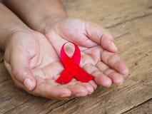 Sjukvård- och medicinbegrepp - kvinnlign räcker hållande röda HJÄLPMEDEL Arkivfoto