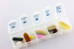 Sjukvård, olika färgapotekpreventivpillerar och kapslar med pil Arkivfoto