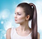 Sjukvård, skincare, brunnsort och skönhetbegrepp - ung kvinna Royaltyfri Fotografi