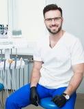 Sjukvård-, yrke-, stomatology- och medicinbegrepp - le den manliga unga tandläkaren över medicinsk kontorsbakgrund Royaltyfria Foton