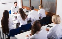 Sjukvårdarbetare under bildande program i skola Royaltyfri Fotografi