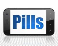Sjukvårdbegrepp: Smartphone med preventivpillerar på skärm Royaltyfria Bilder