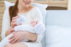 Sjukvårdmoder som rymmer hennes lilla barn Fotografering för Bildbyråer