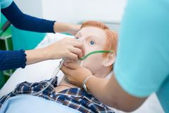 Sjukvårdstudenter är praktiserande hur man ger syreadministrationen till patienten vid en docka av patienten i simuleringen av vi royaltyfria foton