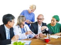 Sjukvårdarbetare som har en diskussion Royaltyfria Bilder