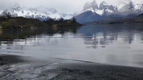 Sjunga av naturen i Torres de Paine arkivfilmer