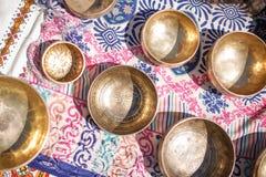 Sjunga bowlar - koppen av liv - den populära massproduktsouvenir i Nepal, Tibet och Indien Arkivbilder