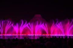 sjunga för barcelona springbrunnliggande Glödande kulöra springbrunnar och laser-show fotografering för bildbyråer