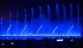 sjunga för barcelona springbrunnliggande Glödande kulöra springbrunnar och laser-show Arkivbild
