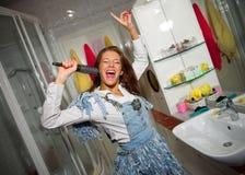 sjunga för flicka som är teen Fotografering för Bildbyråer