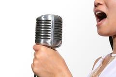 sjunga för fokusmikrofon royaltyfria bilder