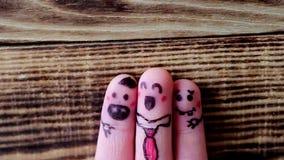 Sjunga fingerframsidor på träbakgrund stock video