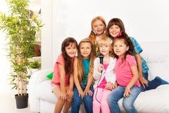 Sjunga för många ungar Arkivbilder