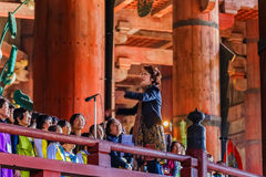 Sjunga i kör gruppen på Daibutsu-hålan av den Todai-ji templet i Nara Arkivfoto