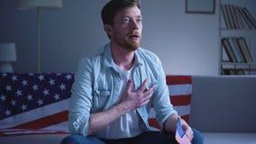 Sjungande amerikansk nationalsången för emotionell patriot, hand på hjärtaförälskelse för tillstånd stock video