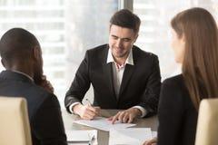 Sjungande avtal för lycklig kandidat med arbetsgivare Royaltyfria Bilder