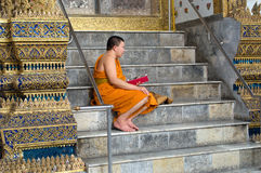 Sjungande buddistisk munk i Thailand Arkivfoton