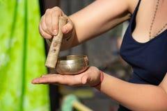 Sjungande bunke med buddistisk mantra arkivfoton