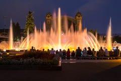 Sjungande dansspringbrunnar i Prague i aftonen ljus show på vattnet Royaltyfria Bilder