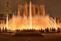 Sjungande dansspringbrunnar i Prague i aftonen ljus show på vattnet Arkivfoto
