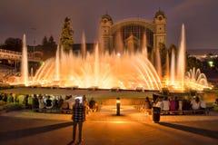 Sjungande dansspringbrunnar i Prague i aftonen ljus show på vattnet Royaltyfri Bild