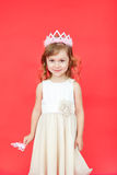 Sjungande felik flicka i vit över röd bakgrund Royaltyfria Foton
