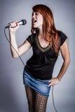 Sjungande flicka för karaoke Arkivfoto