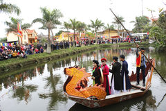 Sjungande folklåtar för asiatisk grupp i folk festival Royaltyfria Foton