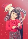 Sjungande jullovsånger för pojke och för flicka Arkivfoto