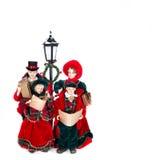 Sjungande julsånger för dockafamilj Arkivbild
