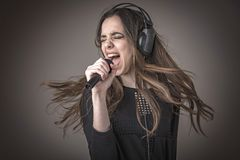 Sjungande karaoke för gullig kvinna royaltyfri foto