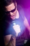 Sjungande karaoke för man Royaltyfri Fotografi