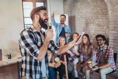 Sjungande karaoke i affärskontor Arkivbild