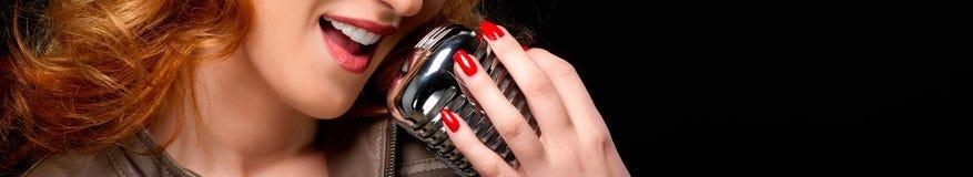 sjungande kvinna för härlig redhead fotografering för bildbyråer