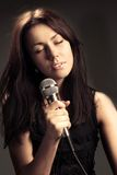 sjungande kvinna för mikrofon Royaltyfri Foto