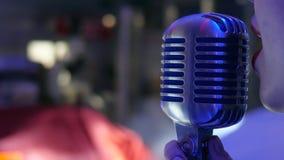 Sjungande kvinna vid mikrofonnärbild lager videofilmer