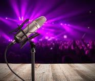 Sjungande mikrofon på musikkonsert royaltyfri fotografi