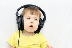 Sjungande sång för liten flicka med hörlurar Royaltyfri Bild