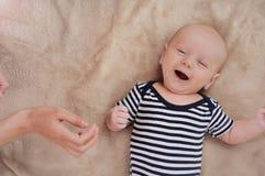 Sjungande sång för rolig nyfödd pojke Royaltyfri Fotografi