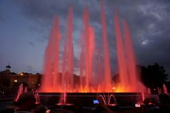 Sjungande springbrunnar med en härlig ljus show på det Montjuïc berget i Barcelona arkivbilder