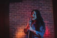 Sjungande upplyst nattklubb för gladlynt sångare Royaltyfria Bilder