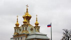 Sjunka från den ryska federationen på axeln nära de guld- kupolerna av katolska kyrkan arkivfilmer